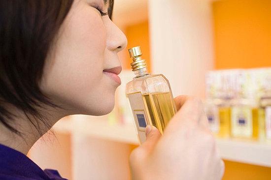 برای انتخاب عطر ابتدا آن را از بطری بو کنید