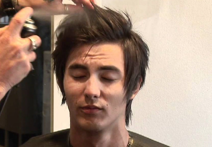 برنامه مراقبت از موهای مردان ، از محصولات حالت دهنده به مقدار کم استفاده کنید