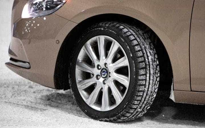 بهتر است به طور منظم ترمز ها و فرمان خودرو را چک کنید تا از میزان لغزندگی جاده آگاه شوید