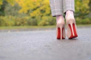راه رفتن با کفش پاشنه بلند ، مشکلات و چالشها و ترفندهایی برای سادهتر کردن آن