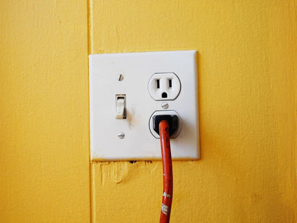 گام سوم برای شارژ سریع موبایل: شارژر را به پریز برق متصل کنید
