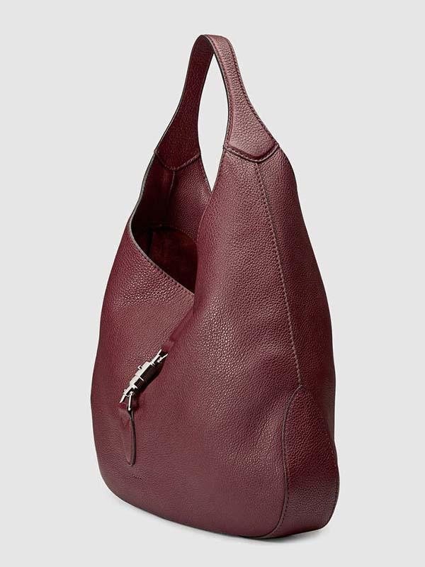 کیف چرم سبک را پر کنید و در کمد بگذارید