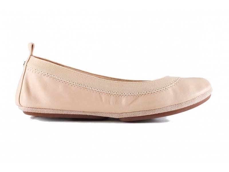 کفش چرم سبک را با اسپری مخصوص تمیز کنید