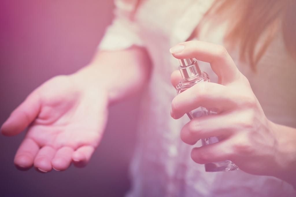امتحان کردن عطر به روش صحیح در منزل