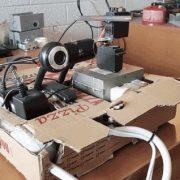 ربات در جعبه پیتزا که از لیزر برای دنبال کردن طعمه و شلیک کردن به آن استفاده می کند