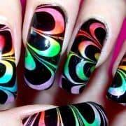 با این روش ناخنهای مرمری زیبا و رنگارنگ داشته باشید
