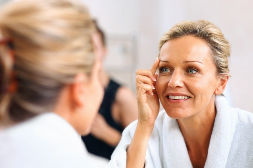 توصیههای زیبایی و آرایشی برای جوانتر شدن در دهههای مختلف زندگی