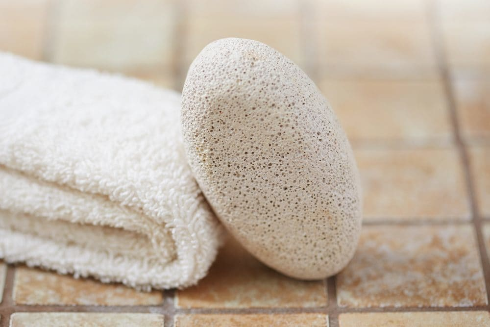 کاربردهای سنگ پا به عنوان یک ابزار مراقبت پوست و روش استفاده از آن
