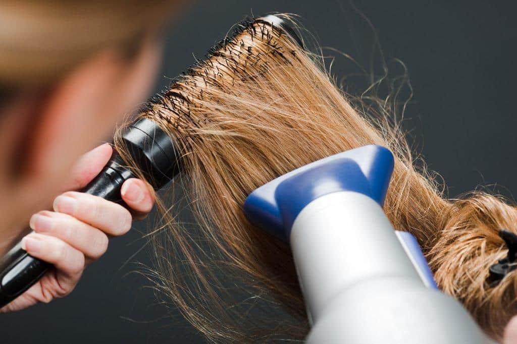 برای داشتن موهای خوش حالت، سشوار کشیدن موها را به این روش انجام دهید