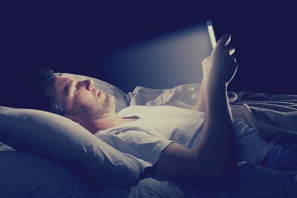 نور آبی در مخیط خواب