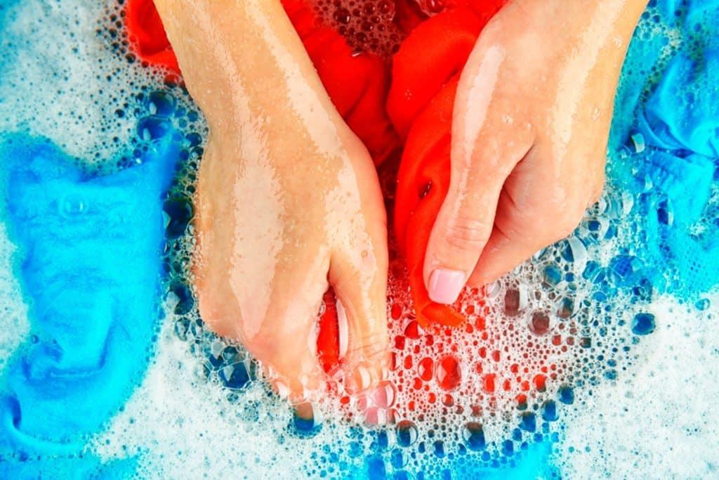 جلوگیری از آب رفتن لباس در ۴ نوع پارچه مختلف با چند راهکار ساده