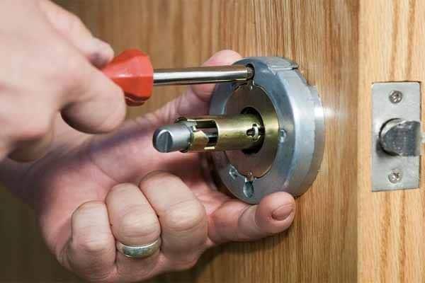 عوض کردن قفل و دستگیره برای افزایش قیمت خانه