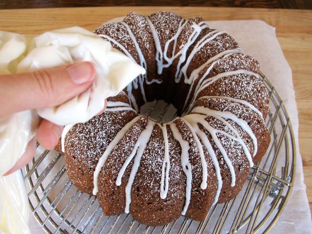 ریختن آیسینگ روی کیک