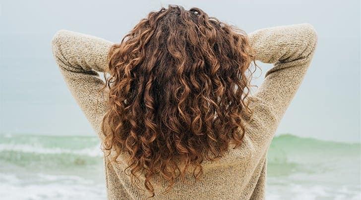 موهای فر آسیب دیده خود را با این ترفندها احیا کنید