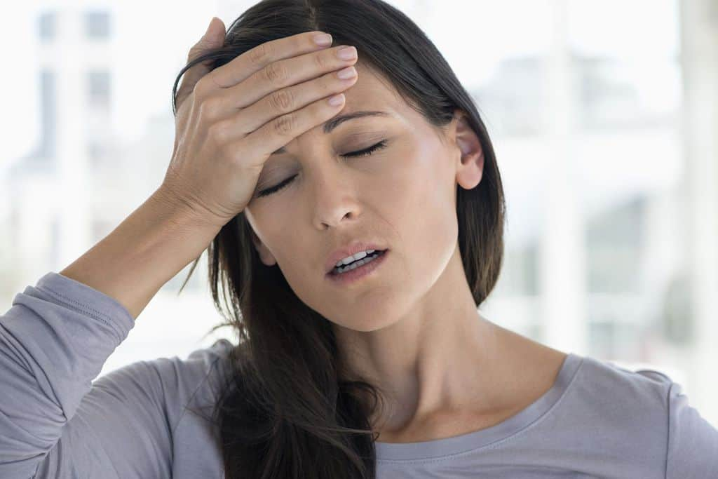 سردرد، سرگیجهی خفیف از عوارض جانبی متداول در اثر مصرف دپاکوت است.