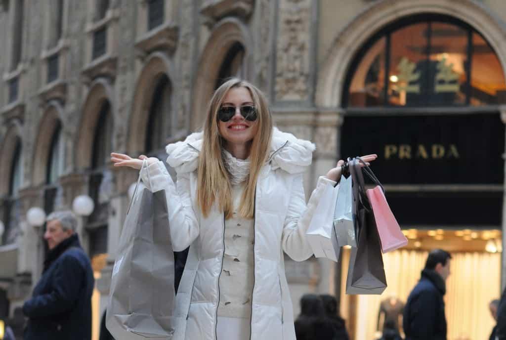 برای خرید کردن، بهتر است به سراغ فروشگاه هایی بروید که برچسب بدون مالیات دارند.