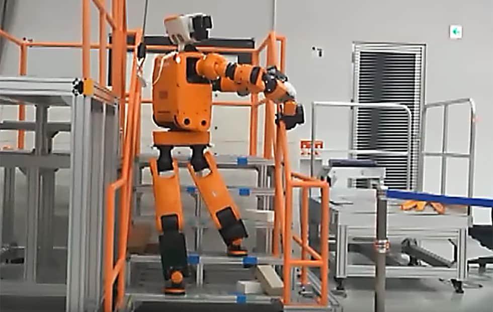 ربات E2-DR هوندا میتواند از پلهها بالا برود و آسیب دیدگان را نجات دهد