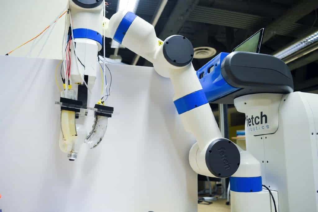 ربات Emma همانند یک ماساژور واقعی درد و خستگی را از تن شما بیرون میکند