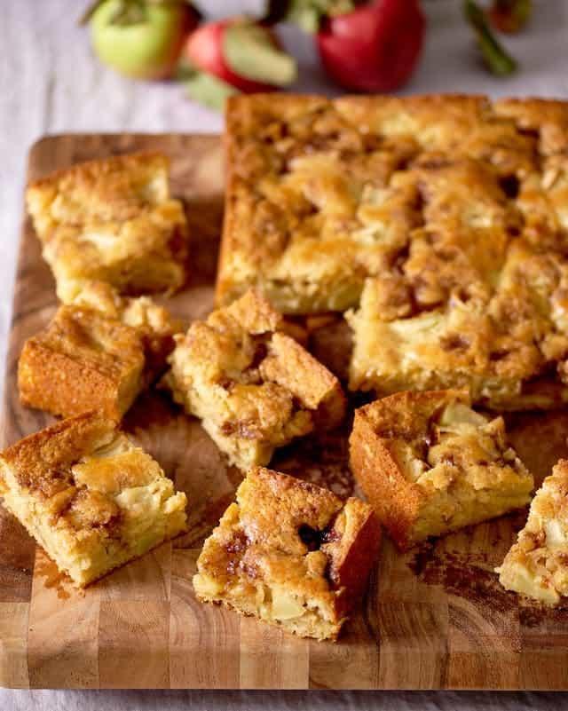 کیک ماست و سیب با رگه دارچین و شکر؛ کیک داغ صبحانه