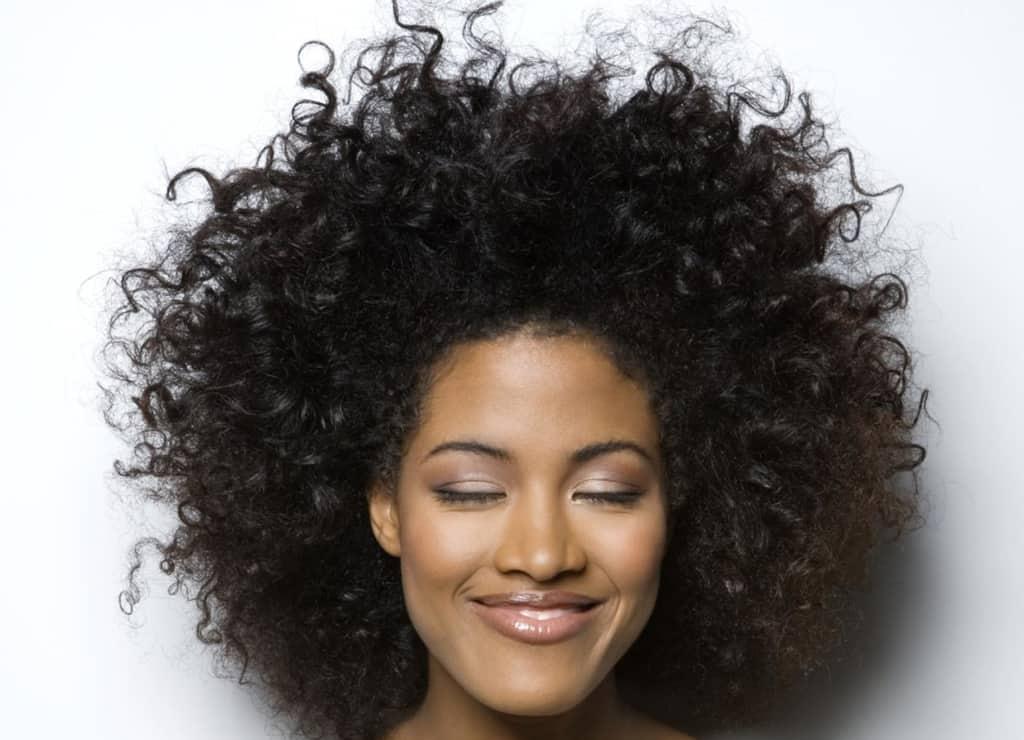 اگر میخواهید موهای فر طبیعی خود را حفظ کنید به این نکات توجه کنید