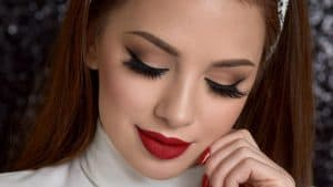 آرایش قرمز رنگ چه مزایایی دارد و چطور باید انجام شود؟