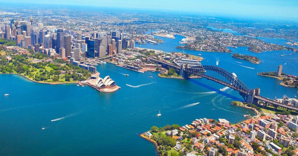 کشور استرالیابسیار بزرگ است و به همین دلیل، آب و هوای متنوعی دارد.
