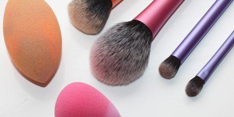 اسفنج آرایشی یا برس؟ کدام برای آرایش شما مناسبتر است؟