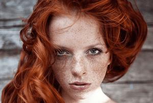 با این روشها از کمرنگ شدن و مات شدن رنگ موی قرمز پیشگیری کنید