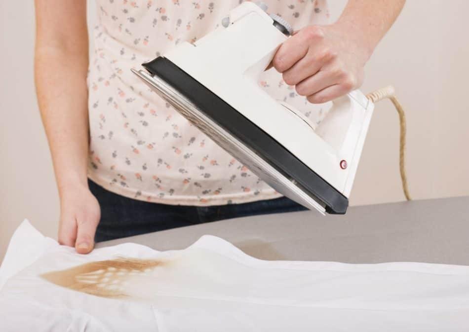 جای سوختگی اتو را به این روش از روی لباسها پاک کنید
