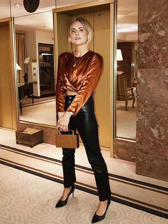 بلوز ساتن با شلوار چرم و کفش پاشنه بلند به عنوان لباس نیمه مجلسی