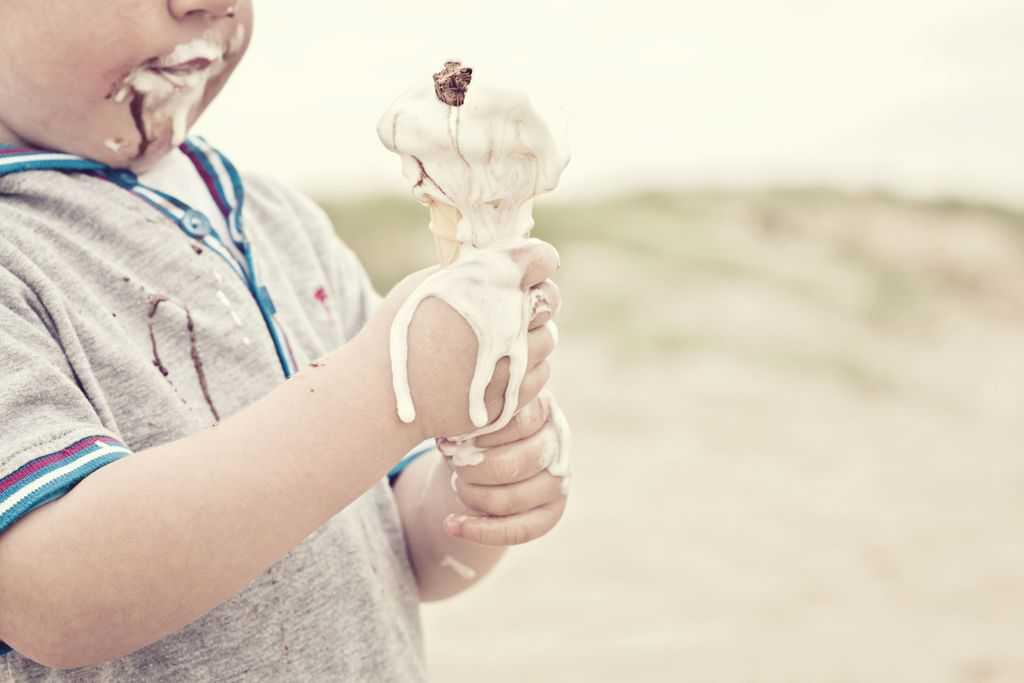 لکه شکلات و بستنی را به این روش از روی لباسها پاک کنید