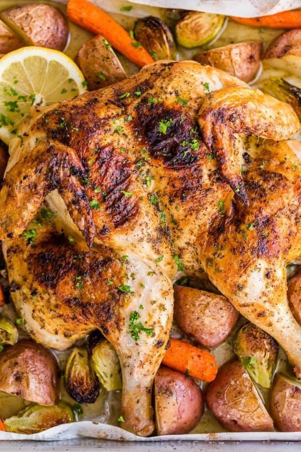 کباب مرغ در فر با مرغ کامل  و طعم دار شده به همراه سبزیجات برشته