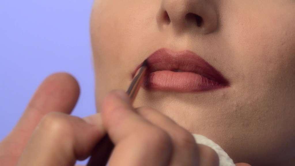 حجم دادن به لبها با آرایش در چهار گام، انتخاب رنگ مناسب برای رژ لب