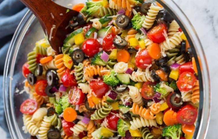 سالاد پاستا رنگی با سبزیجات تابستانی و سس ایتالیایی