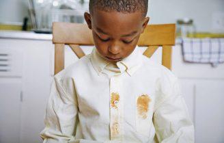 لکه تخم مرغ و لکههای مقاوم را به این روش از لباسها پاک کنید