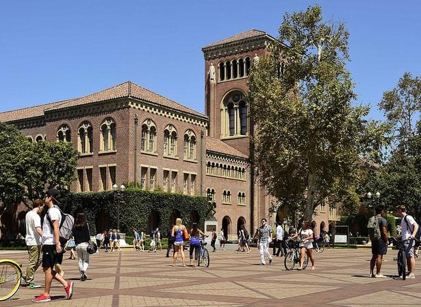 دانشگاه کالیفرنیا جنوبی ارتباط طولانی و برجسته ای با صنعت سرگرمی دارد .