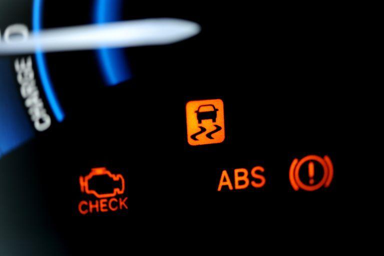 ترمز ضد قفل (ABS) ؛ از آنجایی که بسیاری از خودروها امروزه نوعی از ترمز های ضد قفل را دارند