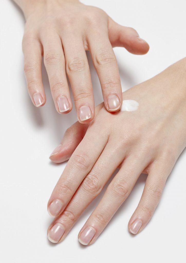 برای جوانسازی دستها مرتب از مرطوب کننده استفاده کنید