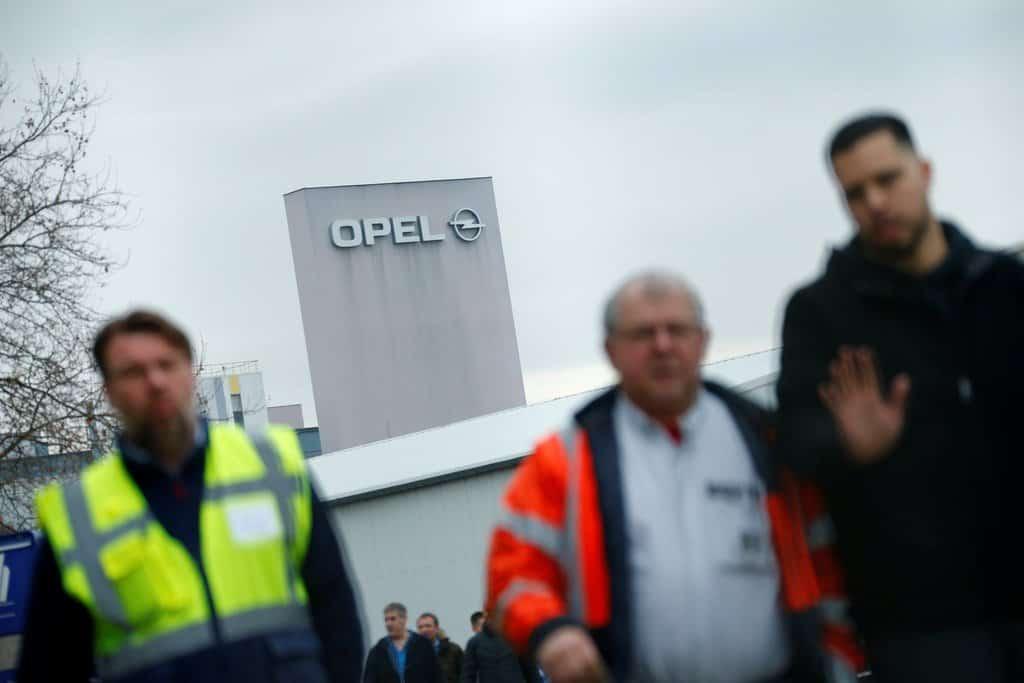زمانی که اتحادیه اروپا زیر بار تهدید بود ، فروش Opel  به PSA توانست روابط  سیاسی مابین بریتانیا ، فرانسه و آلمان را لکه دارکند .