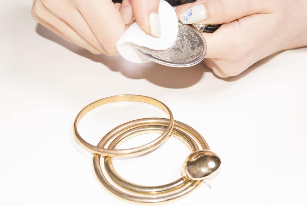 کثیفی طلا و نقره را با شیشه پاک کن پاک کنید
