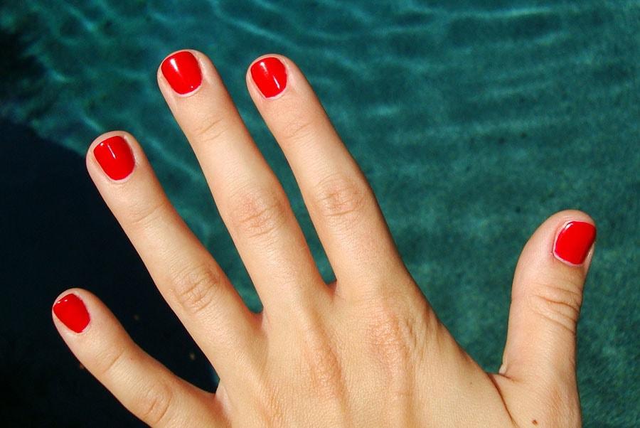 ناخنهای کوتاه با رنگ قرمز مناسب پوست روشن است