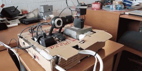 ربات در جعبه پیتزا که صورت شما را شناسایی کرده و با لیزر، کورتان میکند!