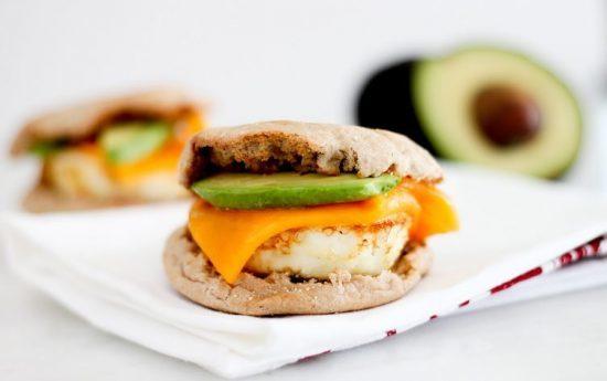 ساندویچ تخم مرغ ساده برای صبحانه که با یک بار خوردن، همیشه هوس آن را خواهید داشت