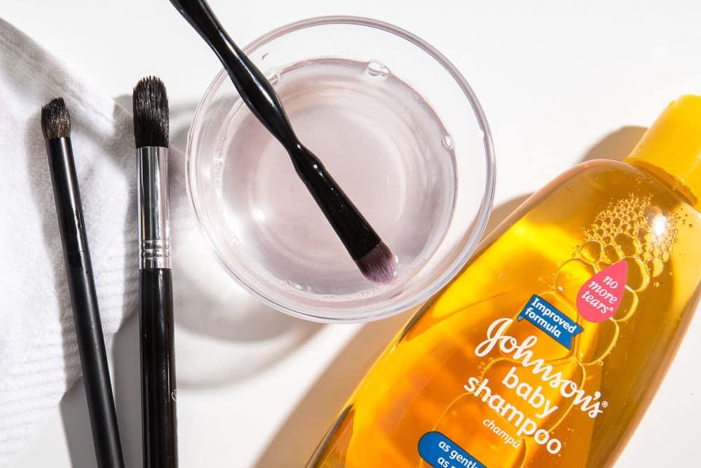 برای نظافت ابزارهای آرایشی از شامپو بچه استفاده کنید