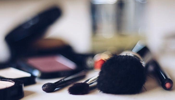 چه چیزهایی را باید از کیف لوازم آرایشی خود کنار بگذارید؟