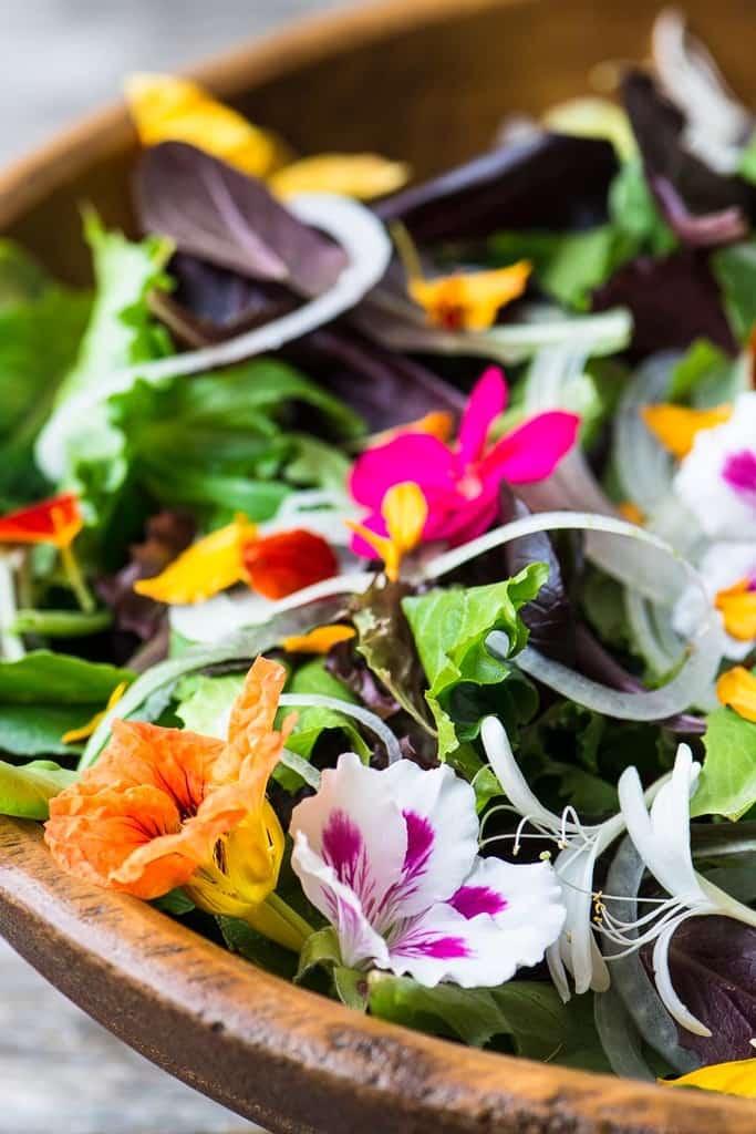 سالاد گلهای خوراکی با گلهای بهاری