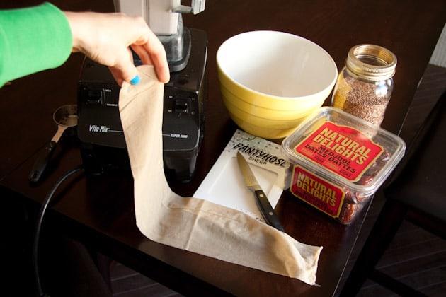برش زدن جوراب برای تهیه شیر تخم کتان