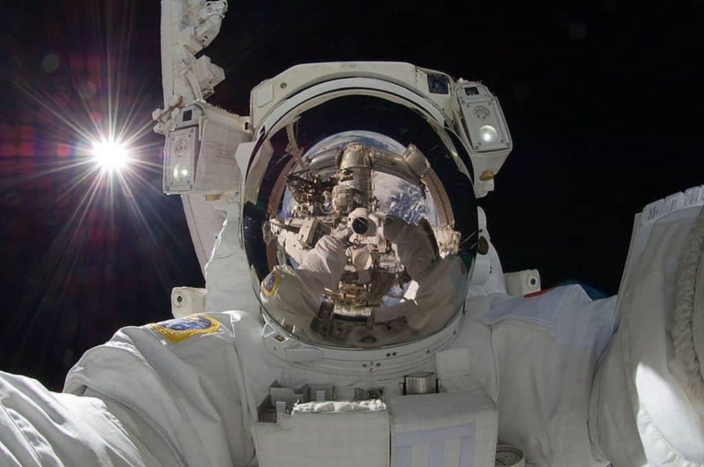 سلفی گرفتن در فضا از آن چه در ظاهر به نظر میرسد دشوارتر است