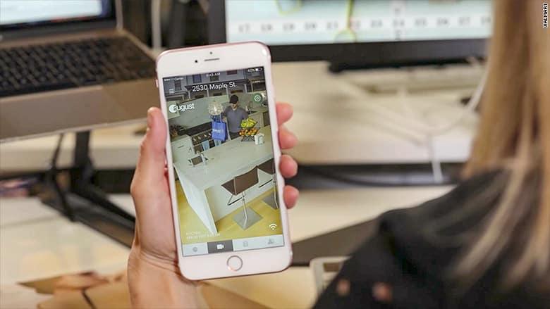 مشتری میتواند ورود و حضور مسئول تحویل سفارش های اینترنتی خود را در اپلیکیشنی که به دوربین منزلتان لینک شده ببیند.