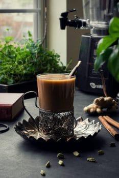 نوشیدنیهای پاییزی: چای ماسالا وانیلی با شیر گیاهی و طعمی فوق العاده